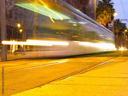 Canvas Nacht snelweg Trazos del tren ligero en Barcelona