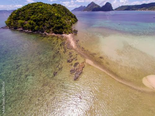 Krajobraz Seascape z nieba. Plaża na górze. Morze, piasek, palmy.