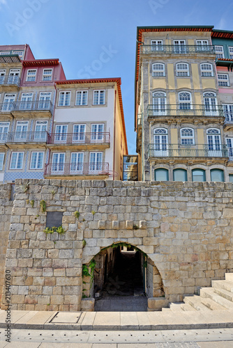 mata magnetyczna Colorful houses in the historic center of Porto in Portugal