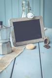 Pause? Wie wärs mit einem Kaffee? Eine Tafel mit Textfreiraum liegt auf einem Tisch - Bistro und Kaffee Ambiente - 213419414