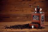 Kaffee Mühle mit Kaffeebohnen und altem rustikalen Holz Tisch Hintergrund - 213424222
