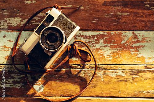 Fotografia nostalgia - rocznik ekranowa kamera na starym drewnianym tle