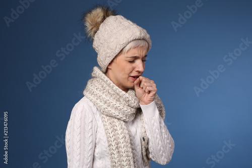 Frau mit Wintersachen hustet
