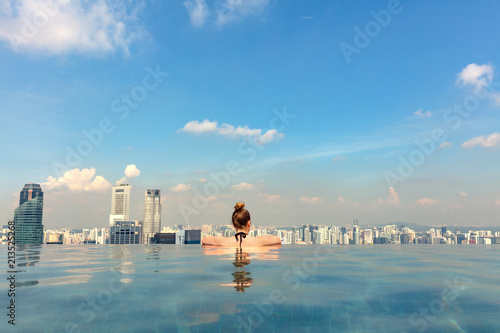 Leinwanddruck Bild Female Tourist In Infinity Pool Of Marina Bay Singapore