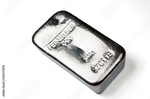 Obsada srebna sztaba waży 1 kilogram odizolowywającego na białym tle. feinsilber ma świetne srebro ...