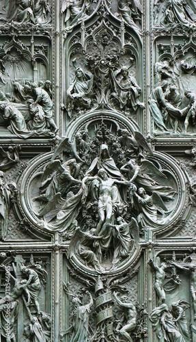 Foto Spatwand Milan Bronze door of Milan Cathedral, depicting death of Jesus, Italy