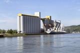 Bateau céréalier dans le port de Rouen - 213581462