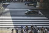 大阪の横断歩道を渡る人々 - 213586455