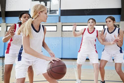 Foto Spatwand Basketbal Female High School Basketball Team Dribbling Ball On Court