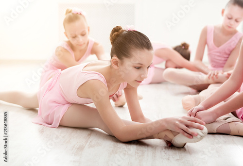 Foto Murales Little ballerinas in ballet studio
