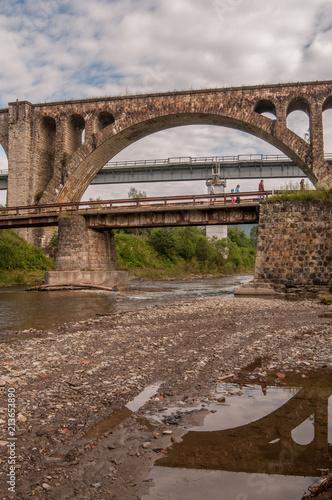Aluminium Bruggen Carpathian stone aqueduct reflected in water 1