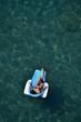 Donna prende il sole sul lettino galleggiante