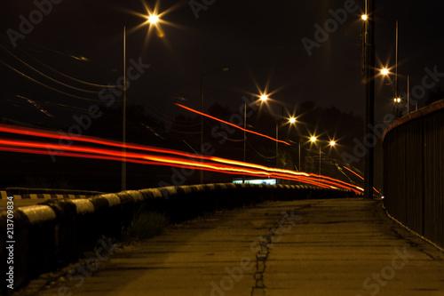 Aluminium Nacht snelweg traces of car headlights on a night street