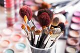 Pinceaux de maquillage professionnels dans ambiance maquilleuse - 213763667