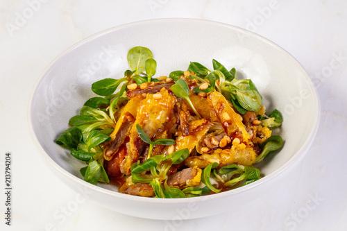 Plexiglas Peking Duck tempura with salad