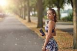 Junge Frau beim Sport lächelt in die Kamera
