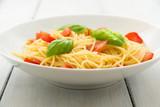Piatto di spaghetti con pomodoro fresco, basilico e olio di oliva  - 213826489