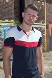 Jeune homme blond photographié en buste - 213916471