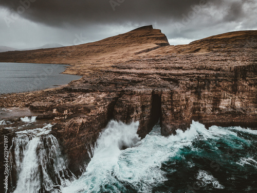 Canvas Diepbruine Sorvagsvatn waterfall, Faroe Islands