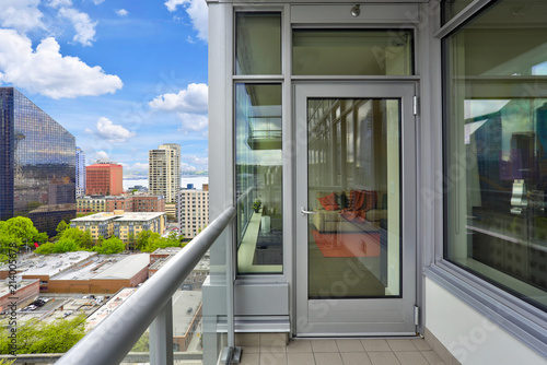 Mieszkanie własnościowe balkonowy wnętrze z widokiem Seattle.