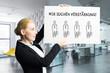 """Leinwandbild Motiv Geschäftsfrau zeigt Schild mit der Nachricht """"Wir suchen Verstärkung!"""" vor Bürohintergrund"""