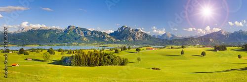 Leinwandbild Motiv Panorama Landschaft in Bayern mit Alpen im Allgäu und Forggensee