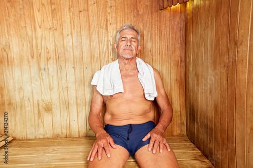 Aluminium Spa Senior Mann genießt Wärme in der Sauna