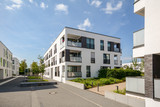 Moderne Neubau Immobilien, Mehrfamilienhäuser in neuer Wohnanlage in der Stadt - 214142861