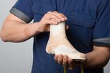 Orthopädieschuhtechniker hält einen Leisten aus Holz - 214207019