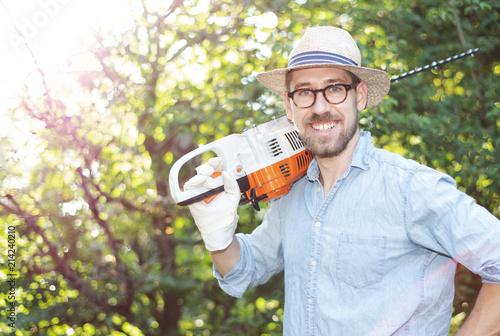 Foto Murales Mann bei der Gartenarbeit mit einer Heckenschere