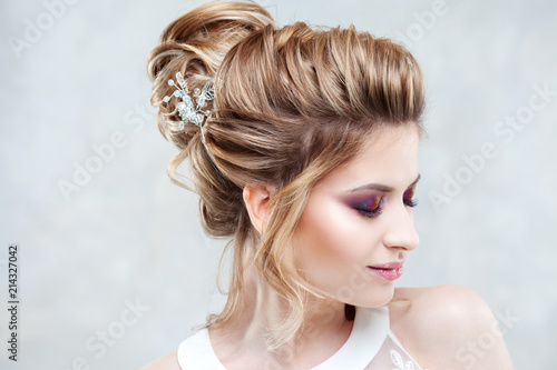 Plexiglas Kapsalon Wedding style. Beautiful young bride with luxury wedding hairstyle