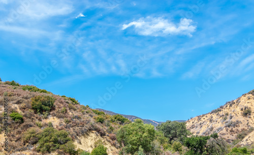 Canvas Blauw Blue sky and white clouds form a bowl in center of Southern California mountains on summer day
