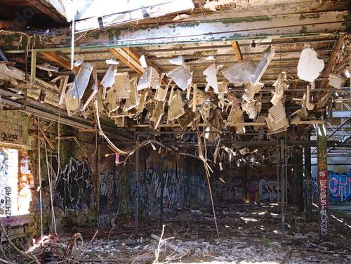 Foto Spatwand Oude verlaten gebouwen abgehängte Decke