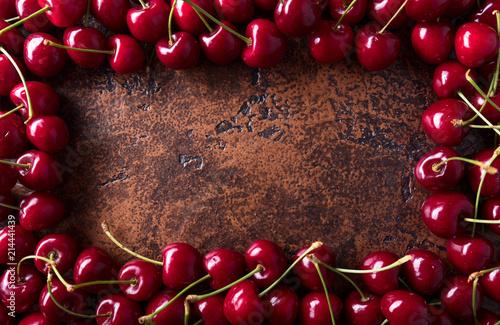 Foto Spatwand Kersen Sweet organic cherries on old copper table.