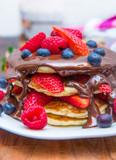 pancake con frutti di bosco freschi e cioccolato fuso