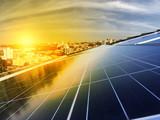 Elektrownia fotowoltaiczna na dachu budynku mieszkalnego w słoneczny dzień - koncepcja energii słonecznej zrównoważonych zasobów