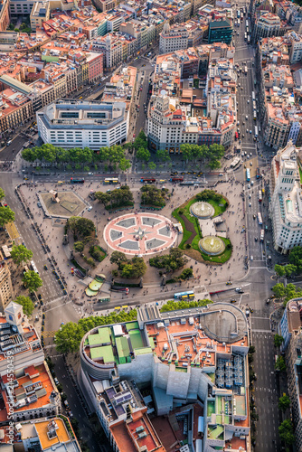 Foto Spatwand Barcelona Aerial view of Placa de Catalunya with typical urban grid and streets, Barcelona