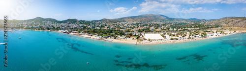 Luftaufnahme des populären Badeortes Varkiza, südlich von Athen, mit türkisem Meer und feinem Sandstrand - 214573663