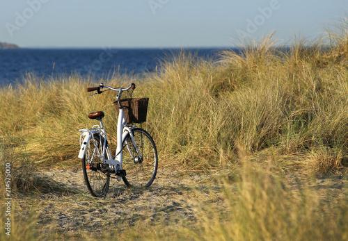 Foto Spatwand Fiets Bike standing at sea shore