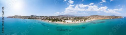 Weites Panorama der Südküste von Athen, mit beliebten Badestränden und türkisem Meer, Griechenland - 214595426