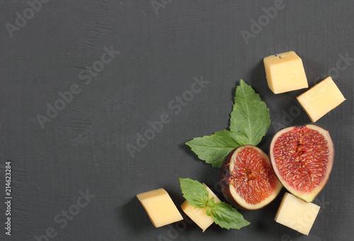 инжир свежий с сыром лежит на столе