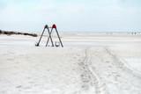 Weitläufiger Sandstrand mit Kinderspielplatz auf nordfriesischer Insel