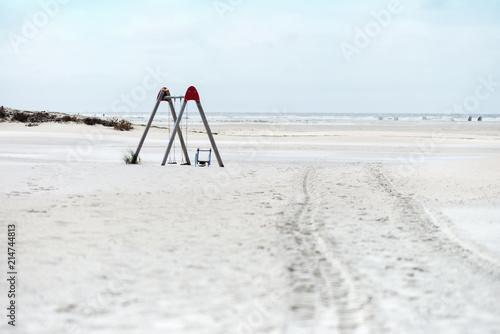 Aluminium Noordzee Weitläufiger Sandstrand mit Kinderspielplatz auf nordfriesischer Insel