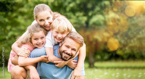 Leinwandbild Motiv Familie und Kinder haben Spaß im Sommer
