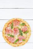Pizza Prosciutto Schinken von oben Textfreiraum Hochformat Copyspace auf Holzbrett