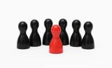 Einzelgänger Rote Spielfigur im Vordergrund mit schwarzen Hintermännern - 214883813