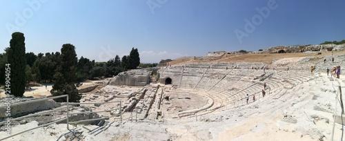 Foto laterale ritraente il teatro greco di Siracusa, Siracusa, Sicilia, Italia - 214904054