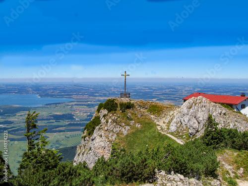 Foto Murales Panorama Aussicht vom bayrischen Berg Hochfelln auf den Chiemsee mit Gipfel Kreuz