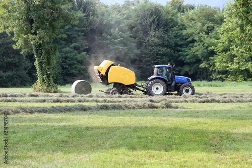 Canvas Trekker trattore agricolo blu con macchina fienagione