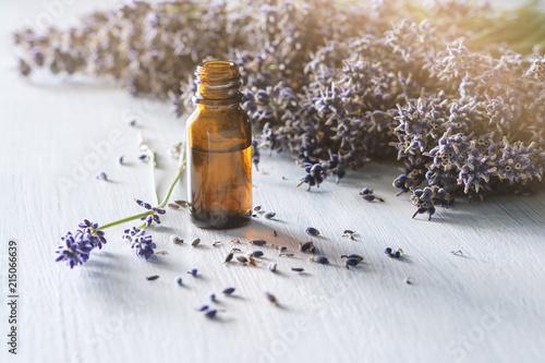Lavendelessenz für Aromatherapie, Dufttherapie oder Parfumerie - 215066639